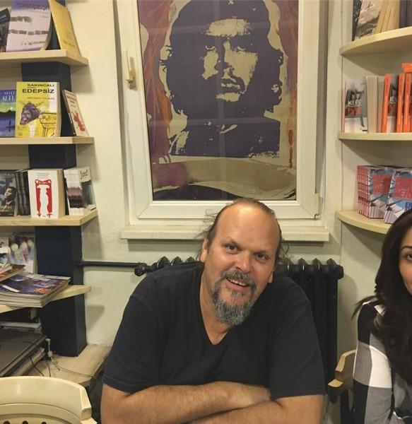 Camilo Guevara Piramid Sanat'ta Chenin resminin önünde