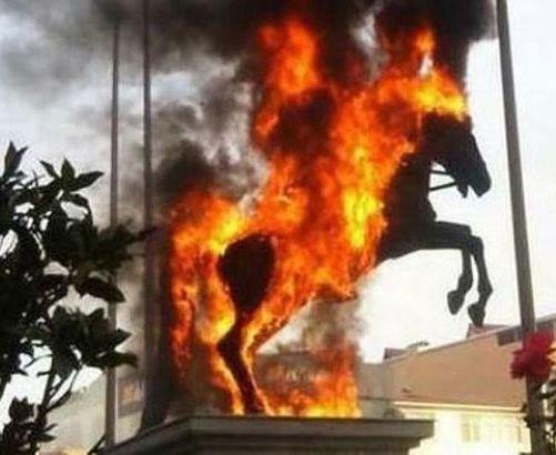 ataturk-heykelin-yapilan-saygisizlik-3