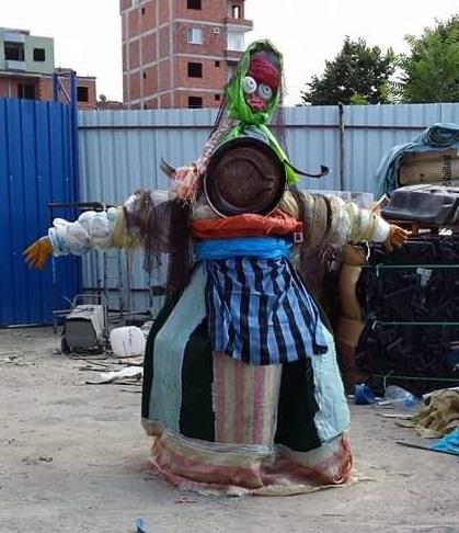Eda Çığırlı, İsimsiz,250 cm., Karışık teknik, (Geri Dönüşüm Fabrikasındaki Atık Malzemelerden), 2014, 9. Yeşil Yayla Kültür Sanat ve Çevre Festivali, Rize